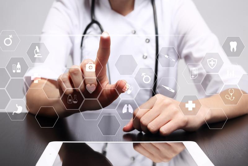 Arzt bei der Auswahl einer App auf einem modernen transparenten Bildschirm
